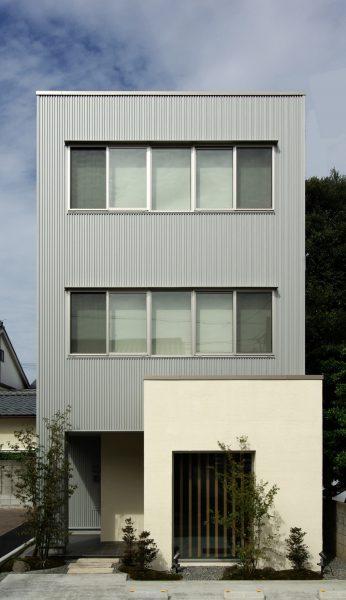 銀と白の箱の家