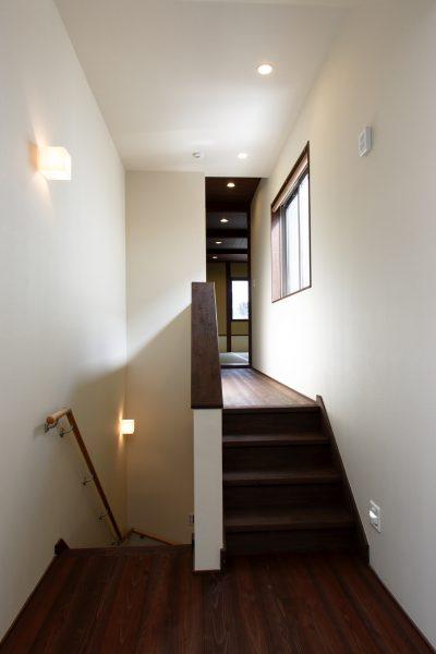 緩やかな坂道の家